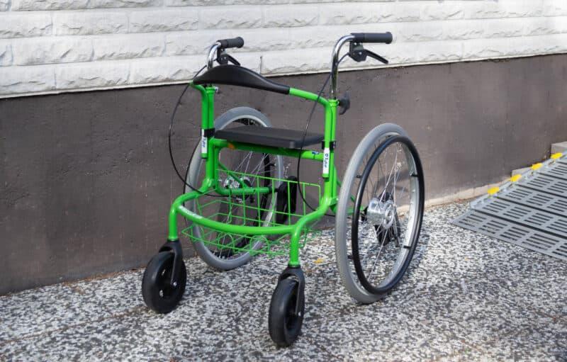 Monitoimirollaattori Wheellator toimii kävelytukena, on helposti kasattava ja mukaan otettava.
