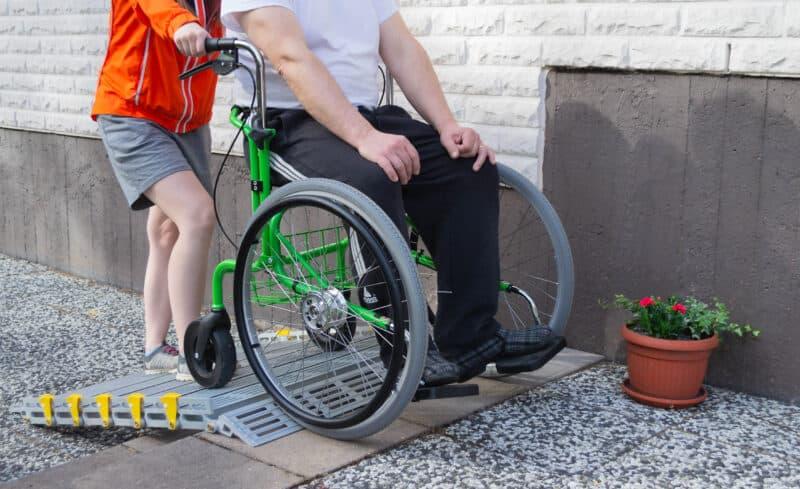 Monikäyttöinen Wheellator monitoimirollaattori toimii pyörätuolina joko työnnettävänä tai omatoimisesti kelattavana.