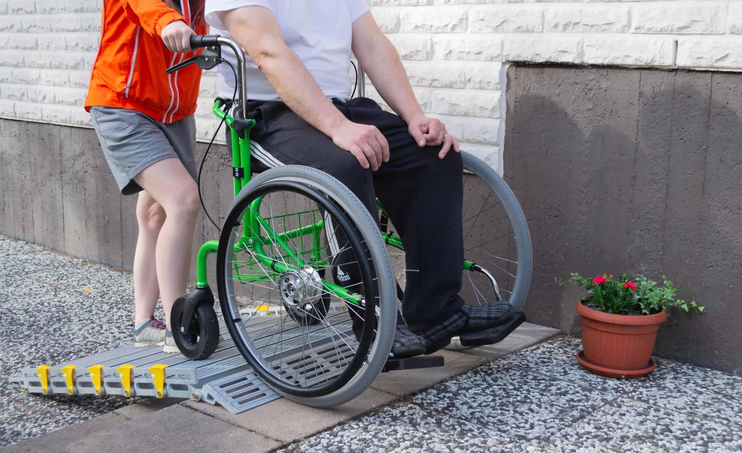 Omatoimiseen liikkumiseen joko itse kelaten tai työnnettävänä, Wheellator monitoimirollaattori.